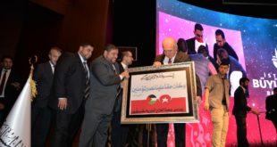 طنبورة يسلم رئيس بلدية اسطنبول برواز مطرز فلسطيني